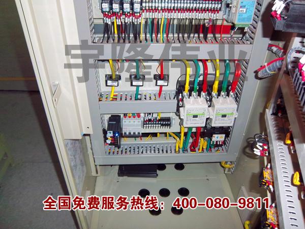 PLC综合控制柜具有过载、短路、缺相保护等保护功能。它具有结构紧凑、工作稳定、功能齐全。可以根据实际控制规摸大小,进行组合,既可以实现单柜自动控制,也可以实现多柜通过工业以太网或工业现场总线网络组成集散(DSC)控制系统。 PLC控制柜能适应各种大小规模的工业自动化控制场合。广泛应用在电力、冶金、化工、造纸、环保污水处理等行业中。